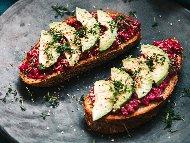 Рецепта Разядка от червено цвекло върху филийки с авокадо и сусам